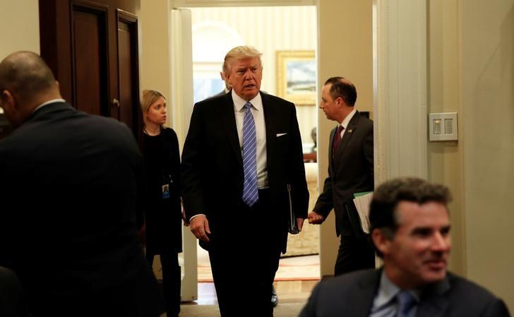 trump signs executive orders meets with business leaders