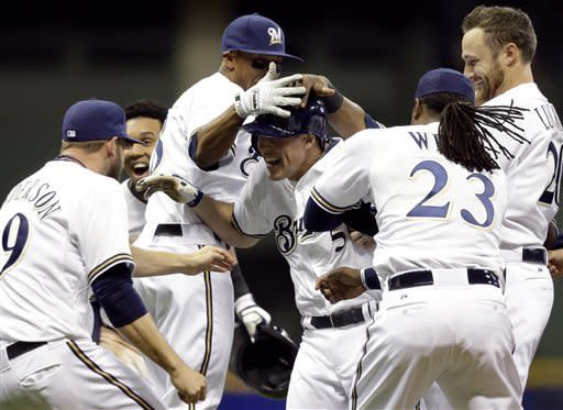 Lalli's single in 9th lifts Brewers over Giants