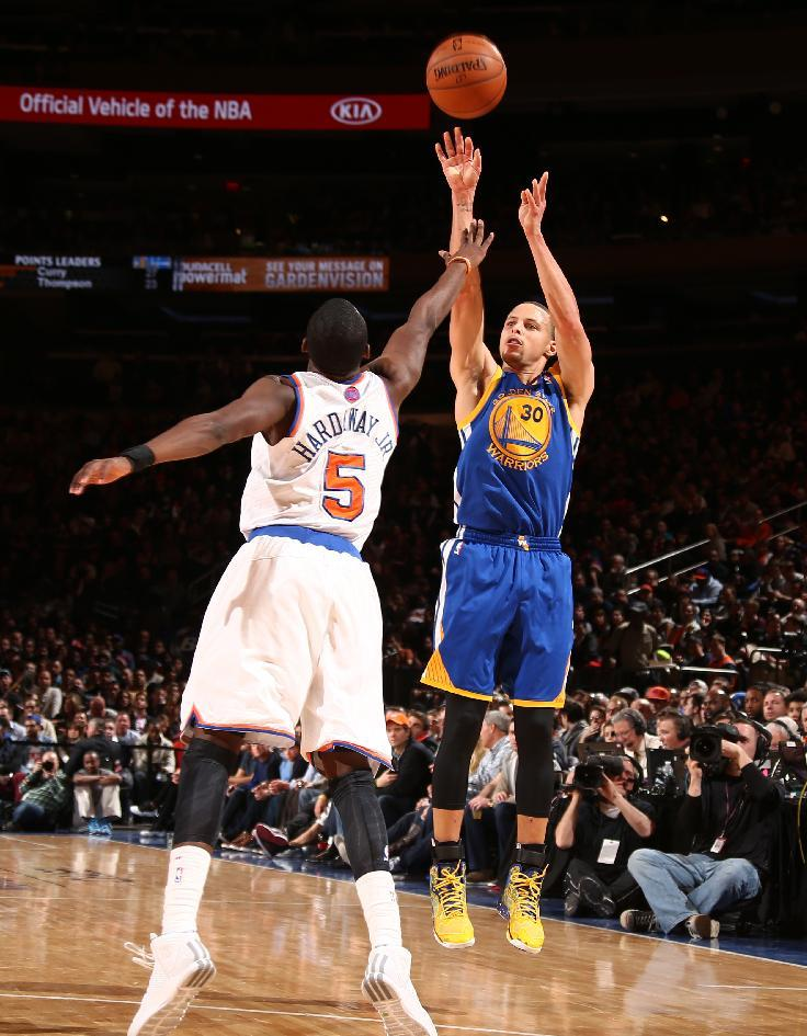 Curry's triple-double helps Warriors rout Knicks