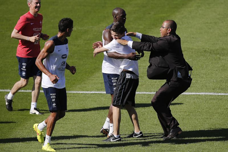 Pitch invader caught at France's training session