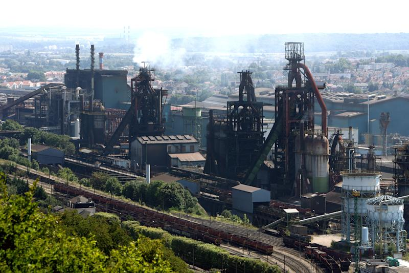 France's Hollande meets steel firm chief amid spat