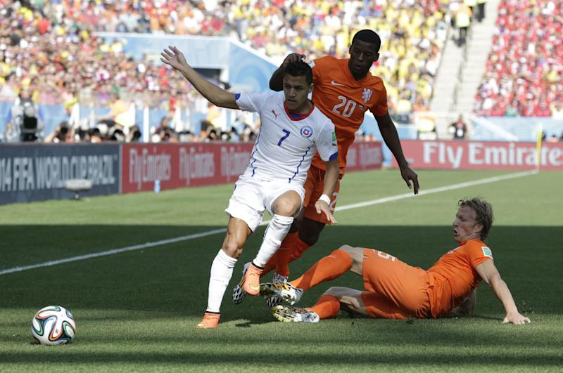 Dirk Kuyt drops into defense as Dutch beat Chile