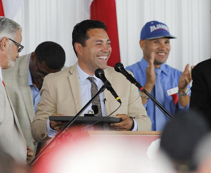 International Boxing Hall of Fame 2014 inductee Oscar De La Hoya speaks during the induction ceremony in Canastota, N.Y. (Nick Lisi/Associated Press)