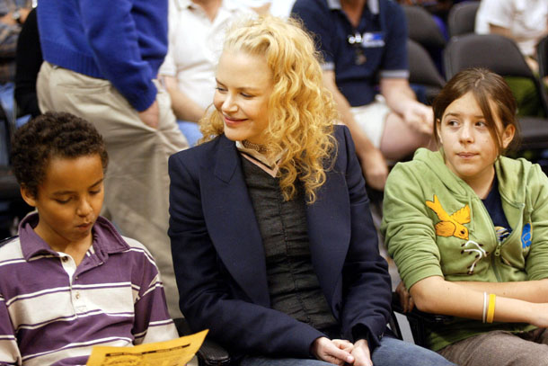 Connor, Kidman, and Isabella at a Lakers game in December 2004. (Getty Images)