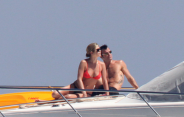 Sources say that Jennifer Aniston and Justin Theroux may have a tropical destination wedding. (Splash News)