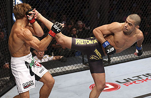 Renan Barão dominated Urijah Faber with his superior kicking ability. (Getty)