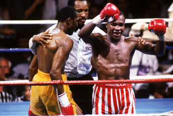 Richard Steele officiates a fight between Sugar Ray Leonard and Thomas Hearns. (Getty)