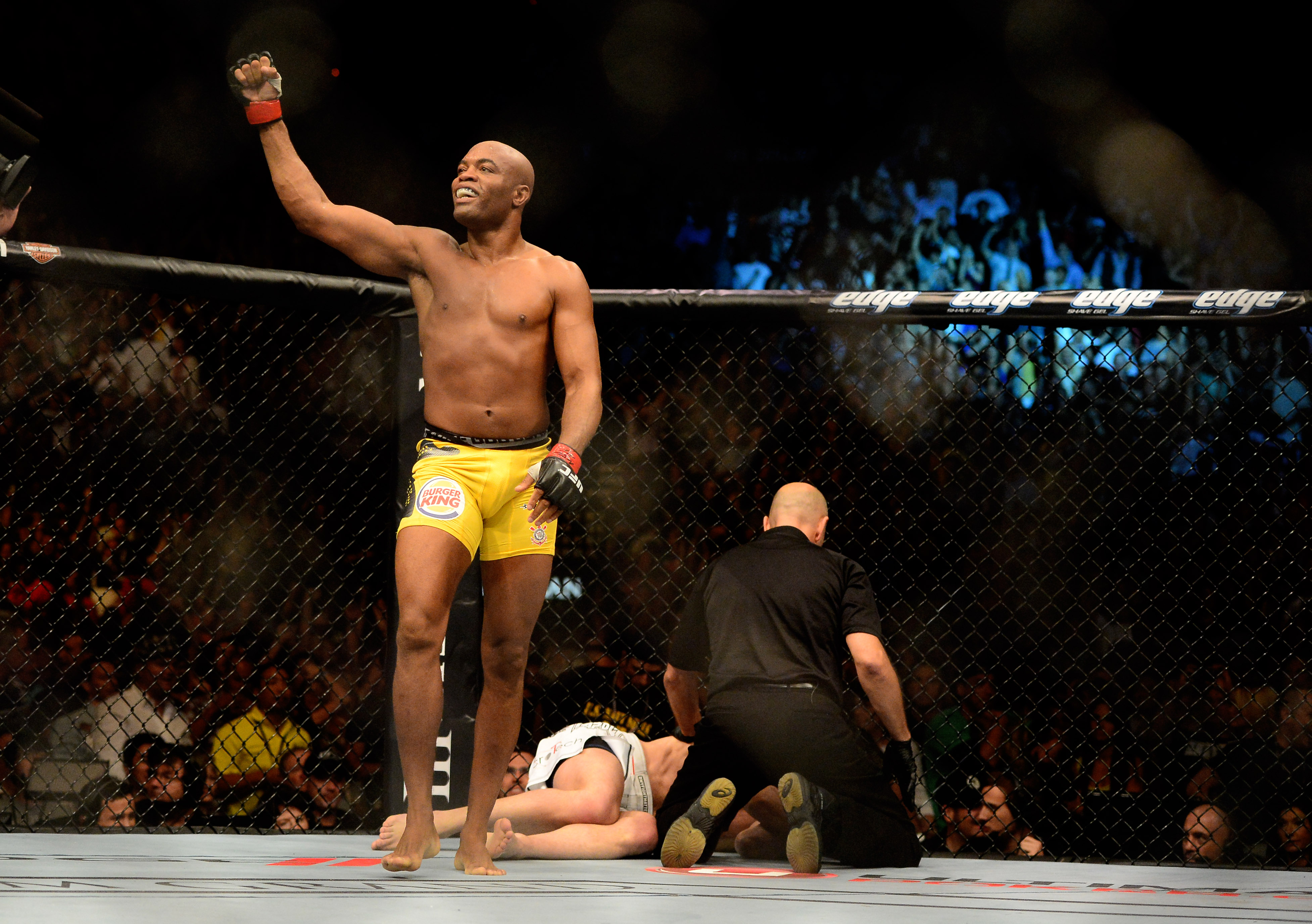 Anderson Silva celebrates after beating Stephan Bonnar for his 16th straight UFC win. (USPW)