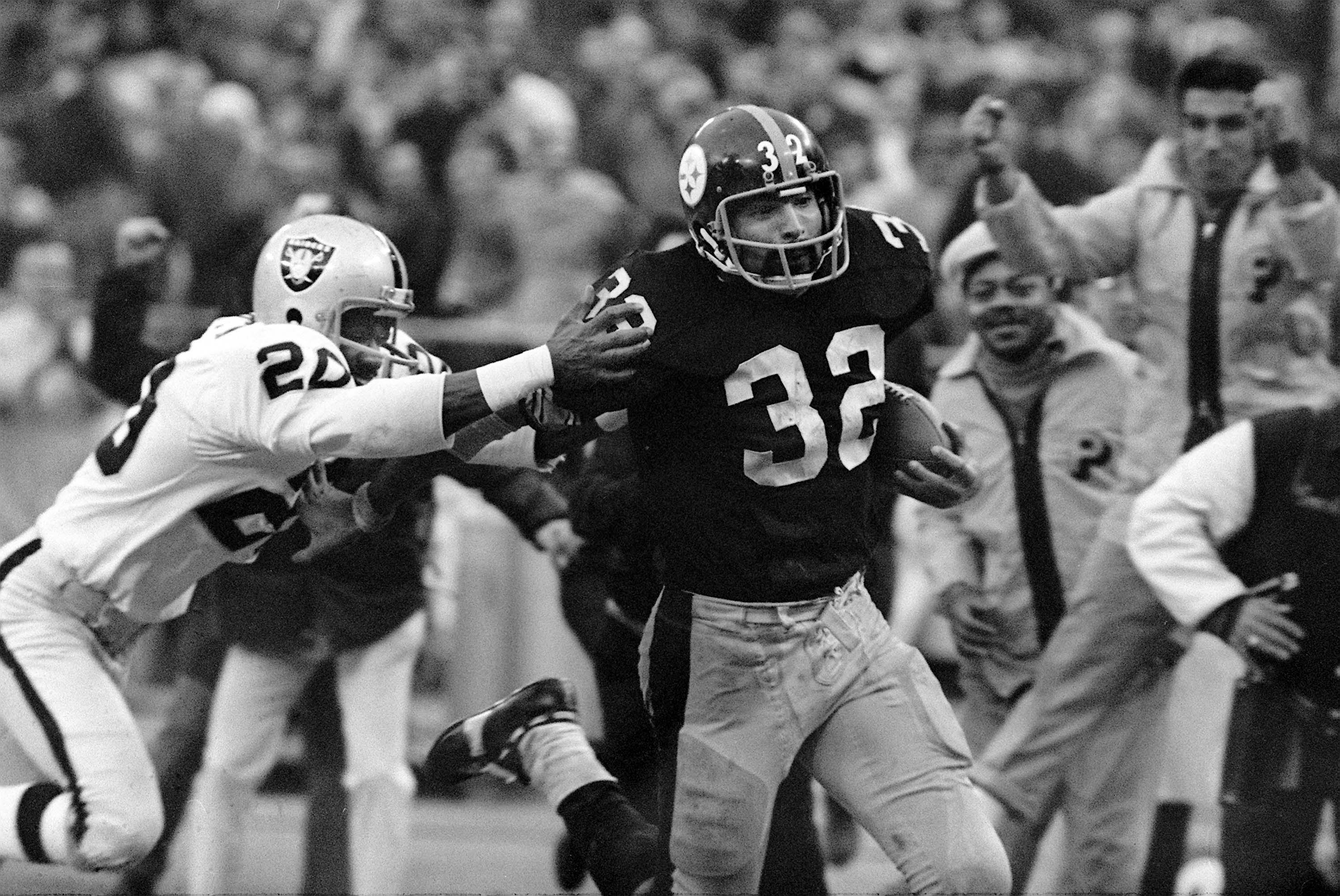 Franco Harris (32) eludes Jimmy Warren on a 42-yard run to score the winning touchdown. (AP)