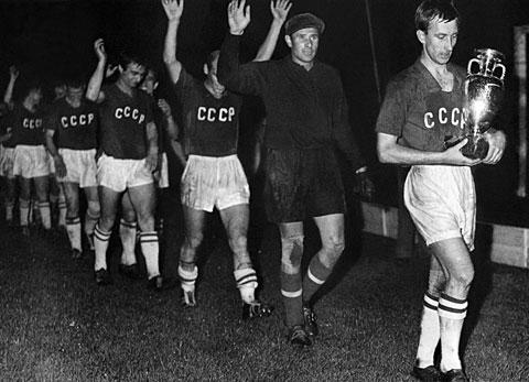 """يورو 1960: """"عصابة ياشين"""" تقود الاحتلال الشرقي لباريس!"""