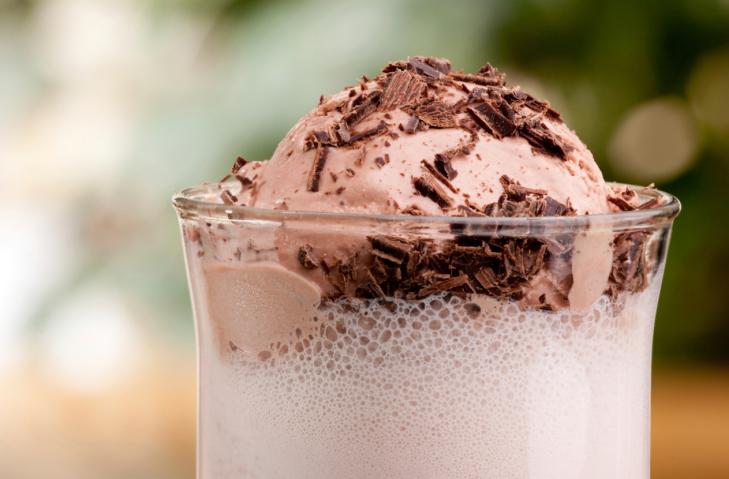 نقدم طريقة عمل ميلك شيك الشيكولاتة المقادير: 6 كرات (