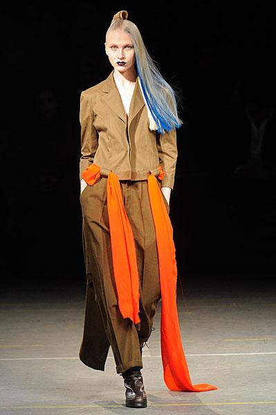 http://l.yimg.com/os/401/2012/03/07/Yohji-Yamamoto-AW12-in-Paris-jpg_142726.jpg