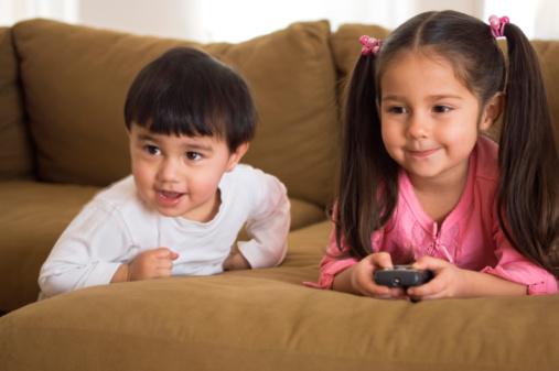 جريمة يرتكبها التلفاز الأطفال