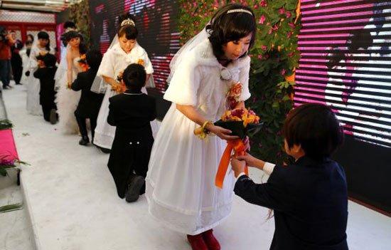 بالصور.. حفل زفاف جماعى لـ 7 أقزام فى بكين 5-jpg_104427.jpg