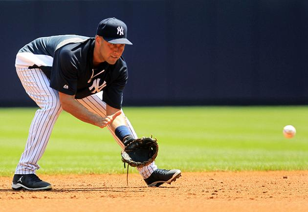 Derek Jeter takes ground balls at Yankee Stadium, still on trac…