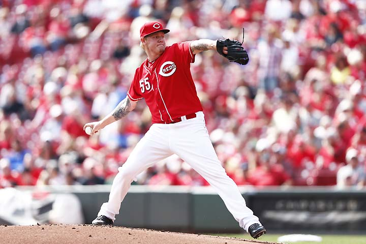 Mat Latos has knee surgery after slipping while throwing