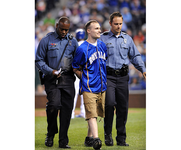 Royals fan rushes the field, steals rosin bag and channels Benn…