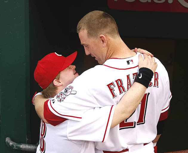 Cincinnati Reds' Todd Frazier delivers home run after ball boy …