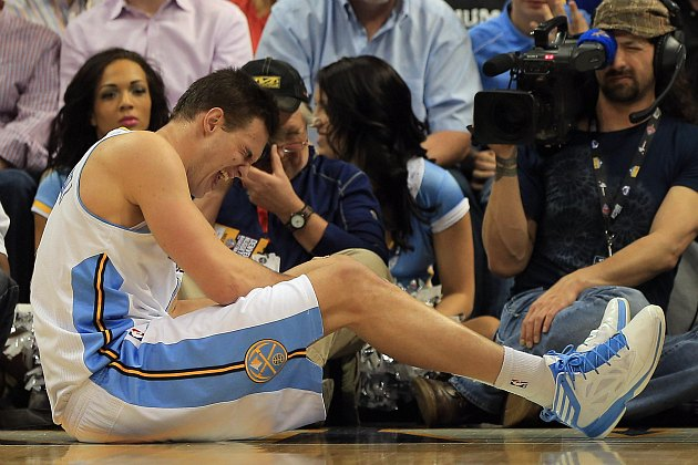 Danilo Gallinari goes down with knee injury, gets carted off th…