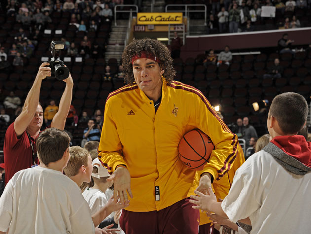 Anderson Varejao comes to the aid of stranded Brazilian visitor…