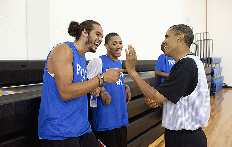 President Barack Obama welcomes Derrick Rose back to the NBA vi…