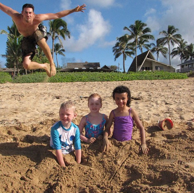 Nick Collison photobombs some cute kids at a beach, because he'…