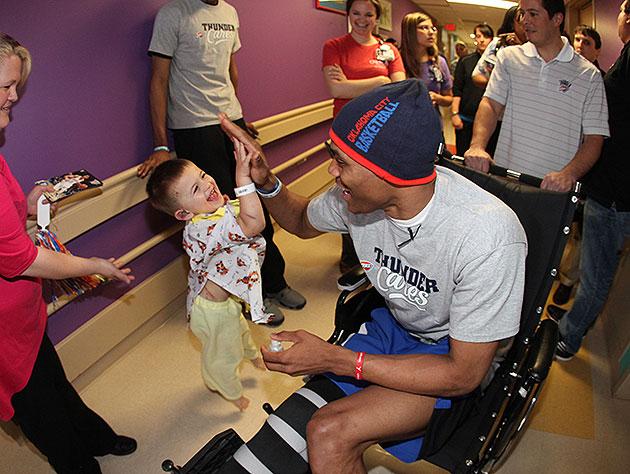 Russell Westbrook, Thunder visit tornado victims at Oklahoma ch…