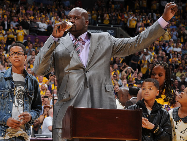 Shaquille O'Neal steals the show on the night the Lakers retire…