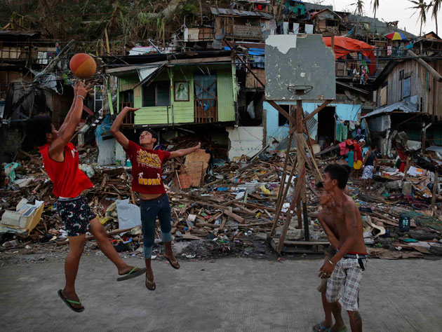 Filipino youth are quick to reconstruct a basketball hoop in th…
