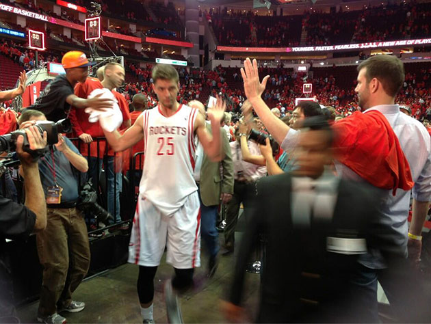 Chandler Parsons leaves fist-bump-seeking Rockets fan hanging a…