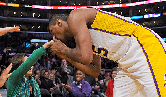 Metta World Peace kisses another female fan's hand after lucky …
