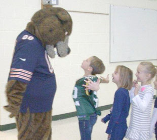 Young Packers fan in Clay Matthews jersey fan tells Bears' masc…