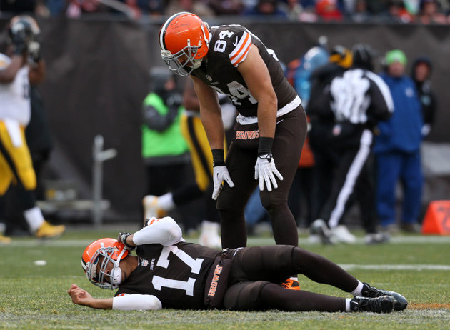 Browns quarterback Jason Campbell carted off the field and repl…