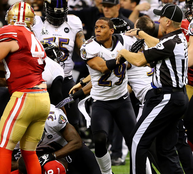 Ravens' Cary Williams shoves ref, stays in game