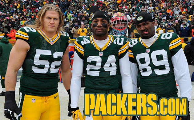 Aaron Rodgers, in Santa Claus disguise, continues his photobomb…