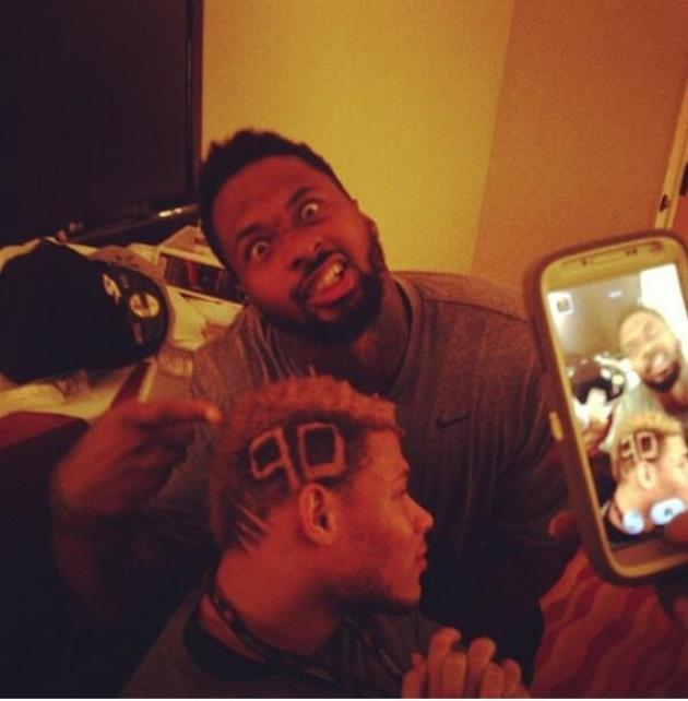 Darnell Dockett gives out haircuts, including a special one to …