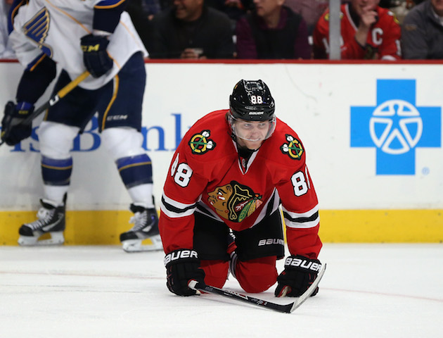 Patrick Kane to miss at least three weeks with leg injury (Vide…