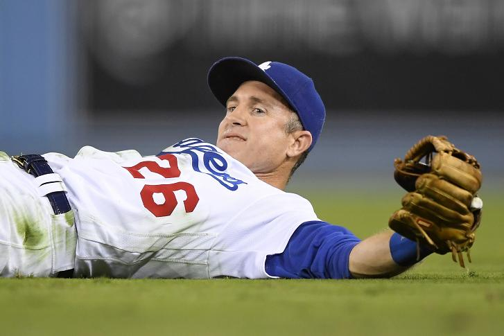 Chase Utley receives standing ovation for making play on his ba…