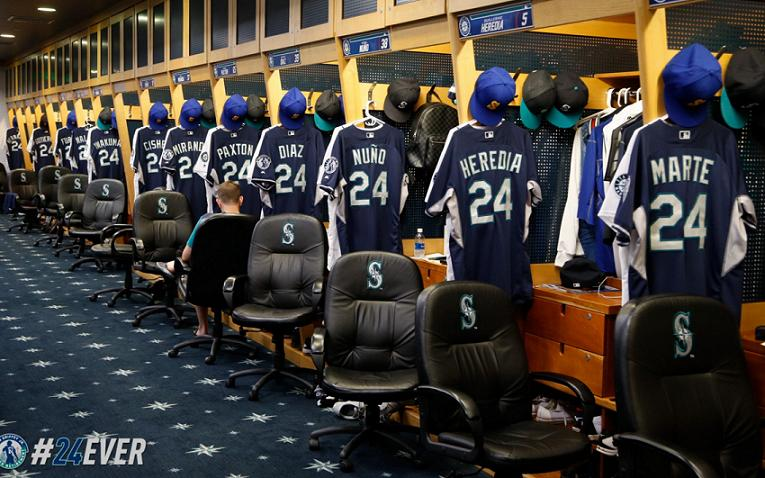 Mariners players pay special tribute to Ken Griffey Jr. (Mariners)