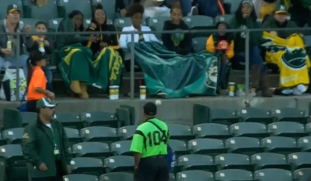 Ouch! Unsuspecting Oakland A's vendor hit with fly ball