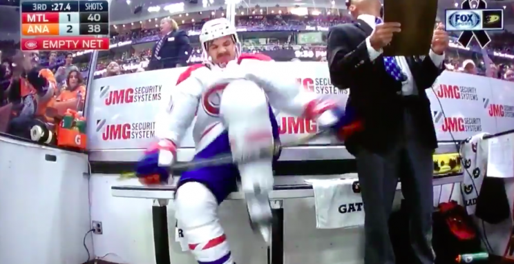 Andrew Shaw throws tantrum after late-game hooking penalty (Vid…