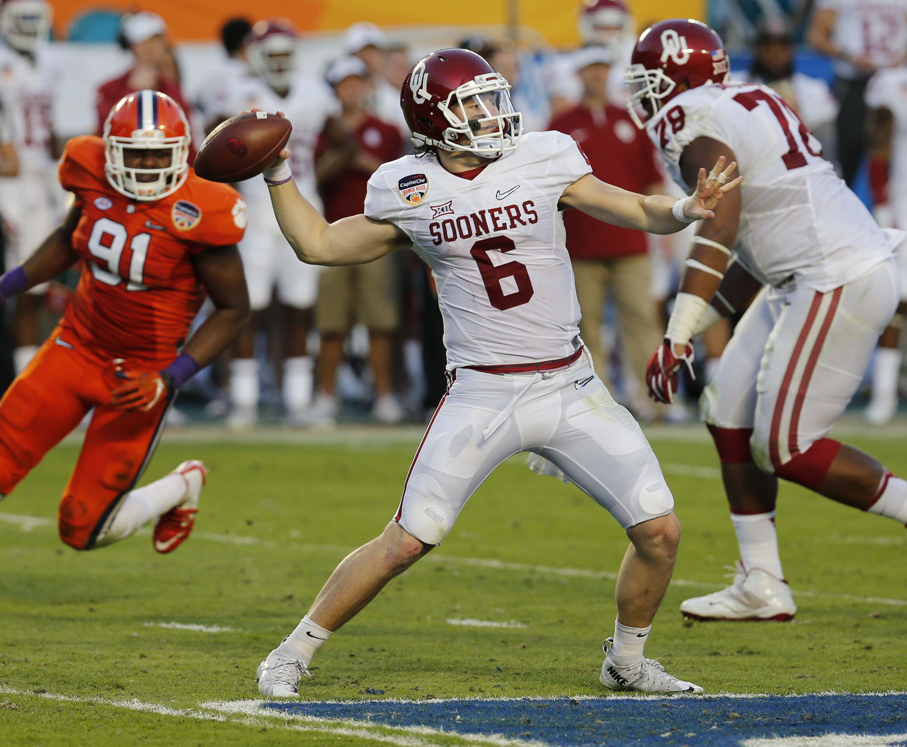 Oklahoma quarterback Baker Mayfield (6) looks to pass during the first half of the Orange Bowl NCAA college football semifinal playoff game against Clemson, Thursday, Dec. 31, 2015, in Miami Gardens, Fla. (AP Photo/Joe Skipper)