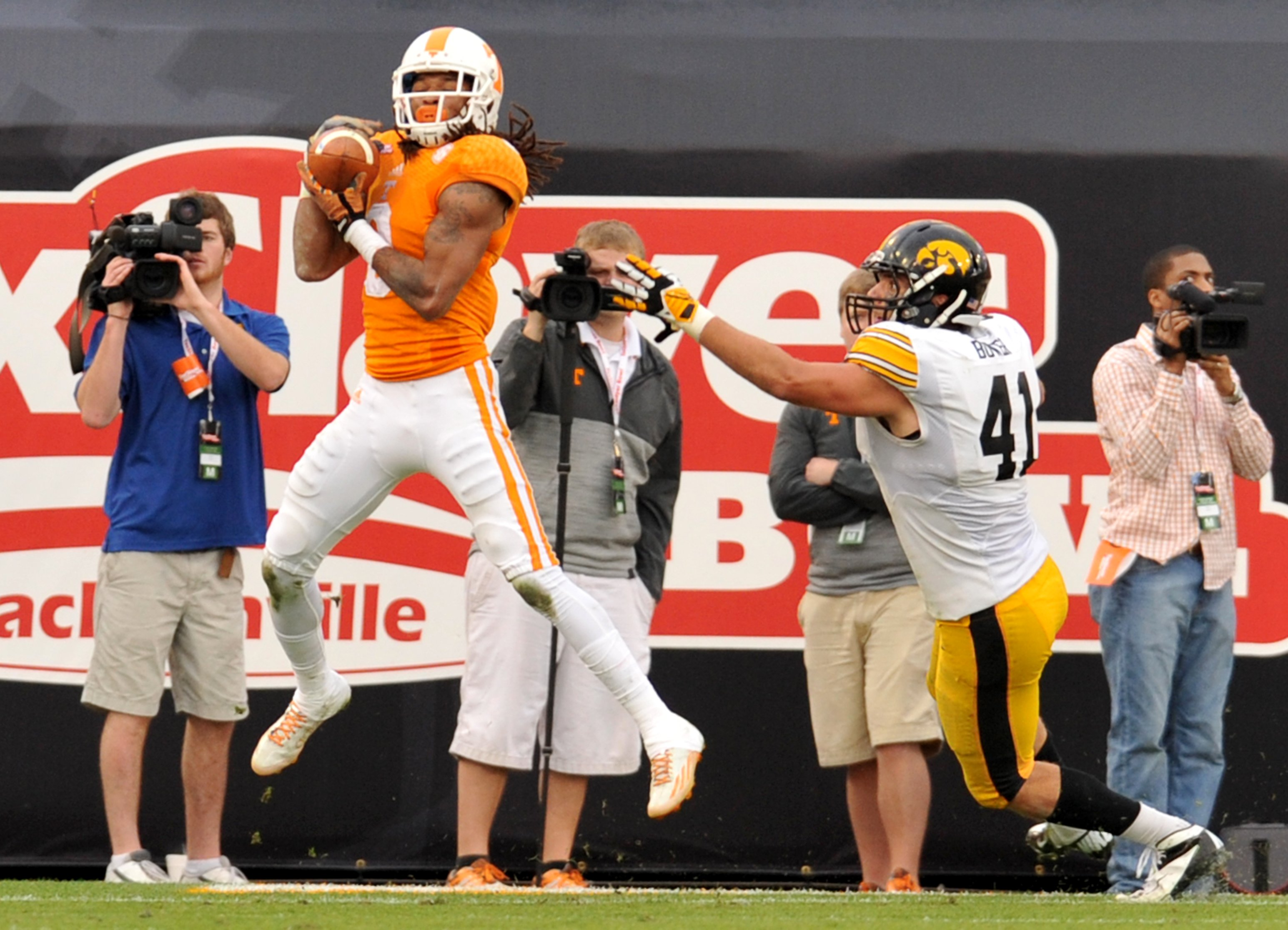 Tennessee's Von Pearson, left, pulls in a touchdown pass during the first half of the TaxSlayer Bowl NCAA college football game against Iowa, Friday, Jan. 2, 2015, in Jacksonville, Fla. (AP Photo/The Florida Times-Union, Bob Self)