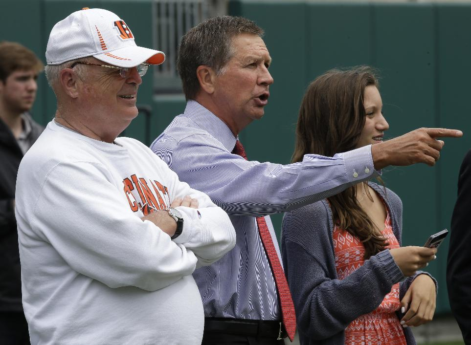 Cincinnati Bengals president Mike Brown, left, watches practice with Ohio Gov. John Kasich, center, and Kasich's daughter Reese. (AP Photo/Al Behrman)