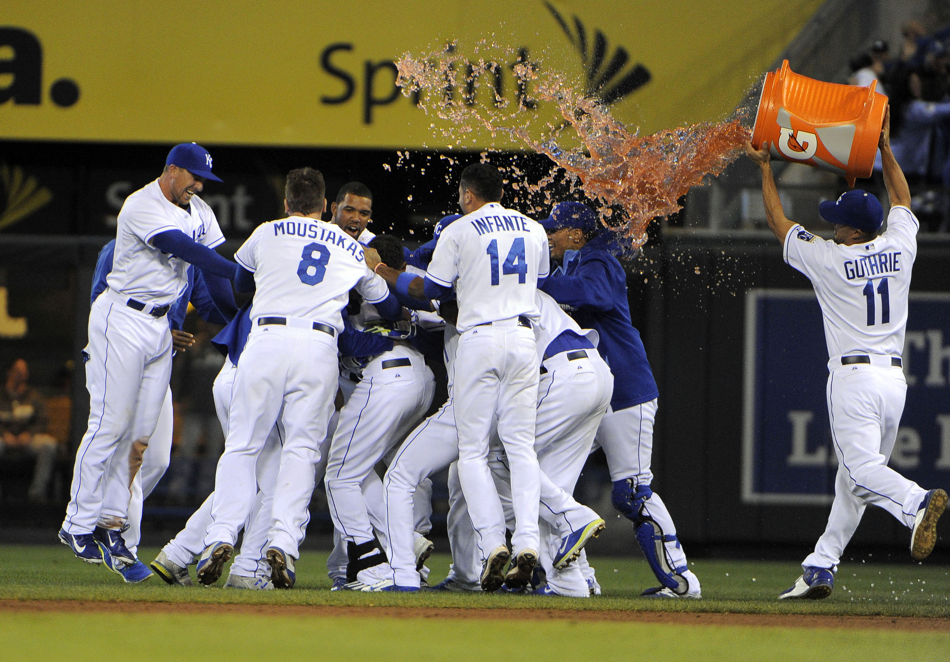 Royals' speed helps them earn a wild walk-off win against White…