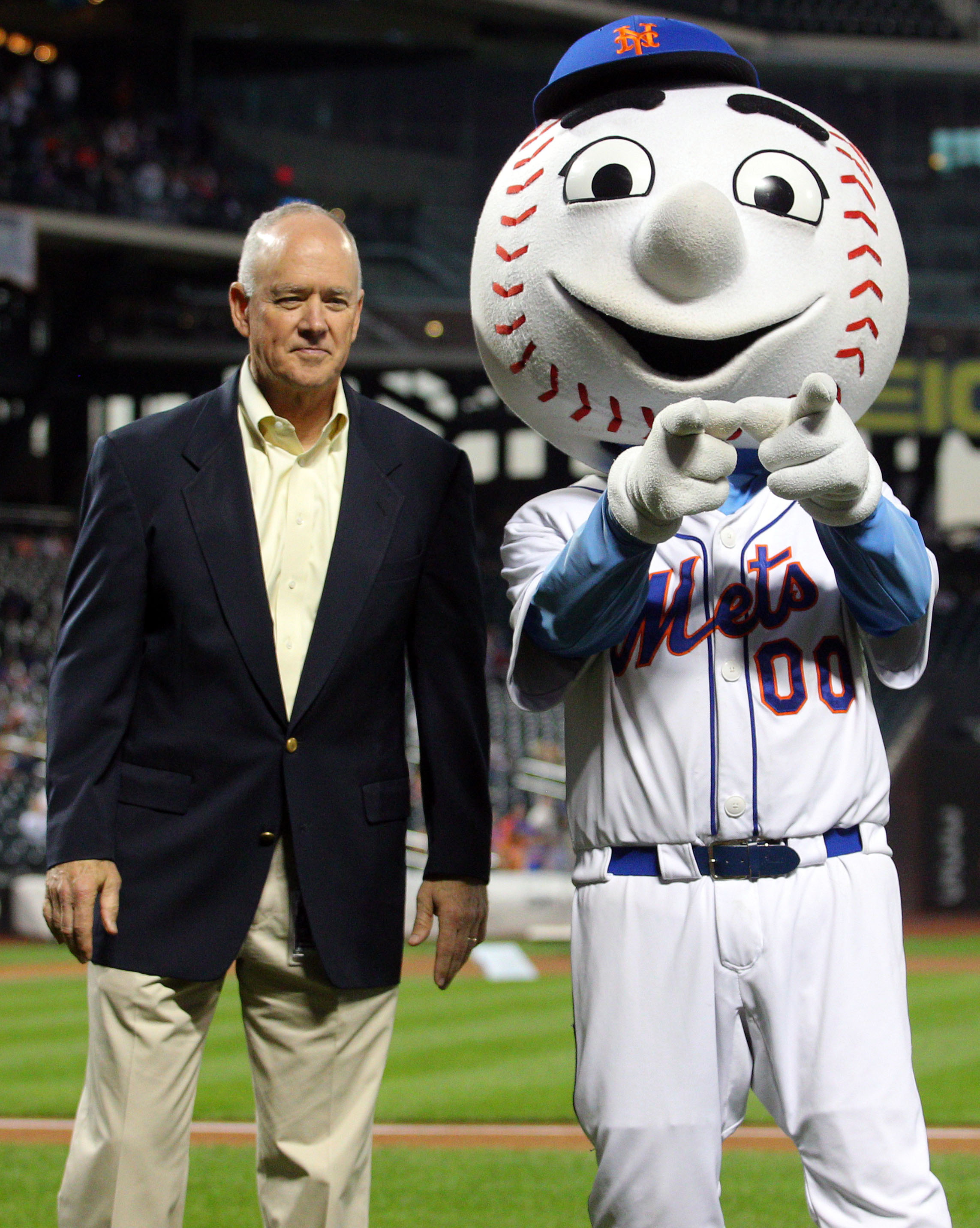 The Mets welcoming committee: Mr. Met and GM Sandy Alderson. (USA TODAY Sports)