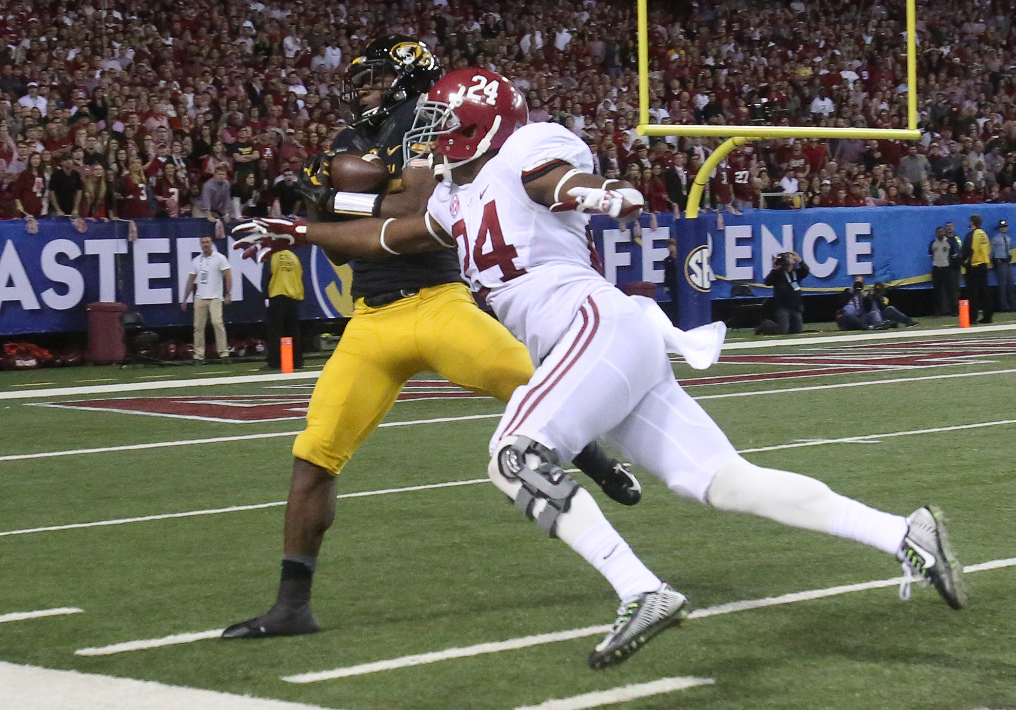 Dec 6, 2014; Atlanta, GA, USA; Missouri Tigers wide receiver Jimmie Hunt (88) catches a pass against Alabama Crimson Tide defensive back Geno Smith (24) in the third quarter of the 2014 SEC Championship at the Georgia Dome. (Jason Getz-USA TODAY Sports)