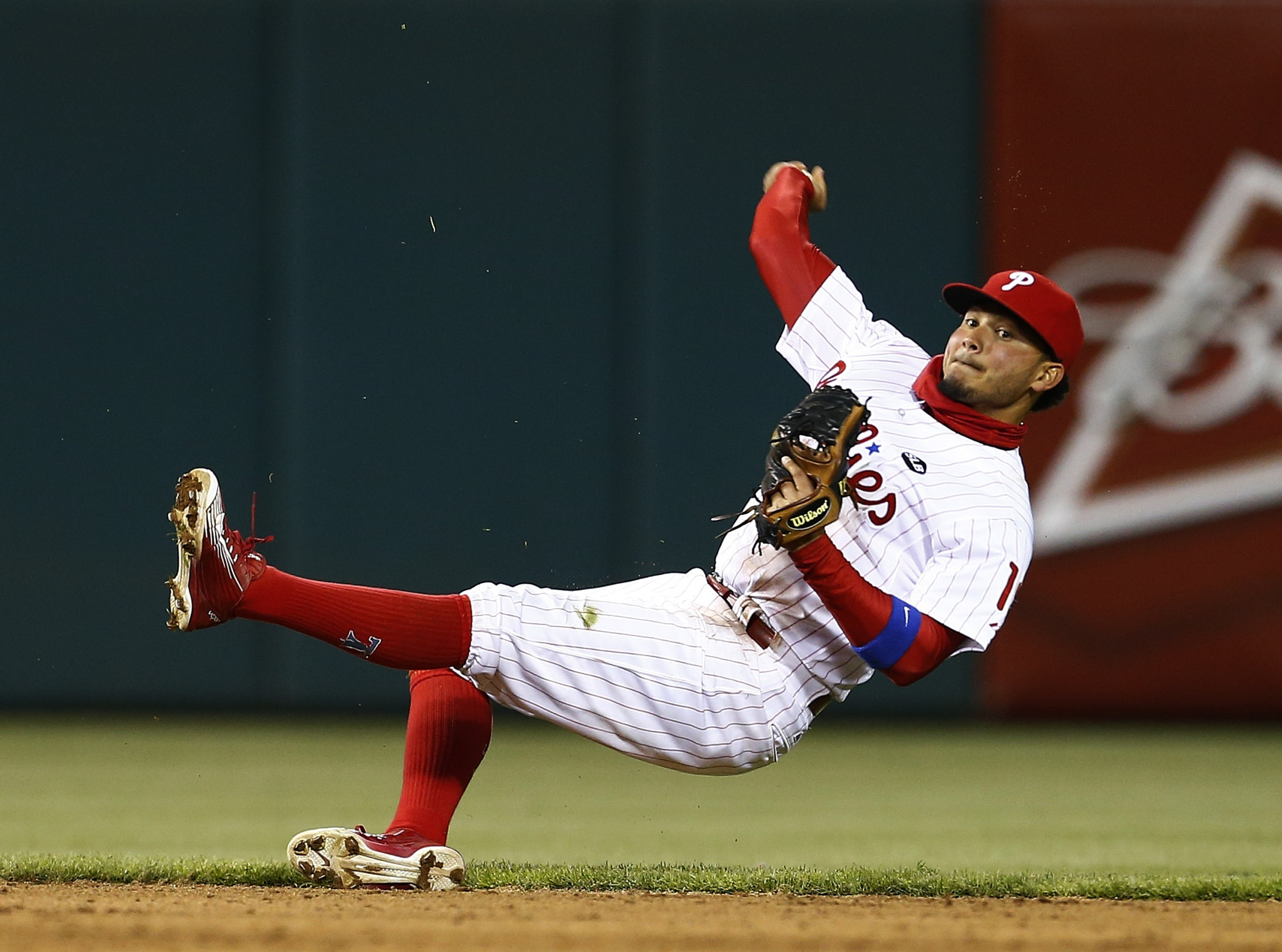 Freddy Galvis makes like Andrelton Simmons to rob Braves of hit