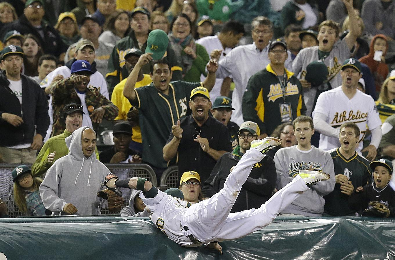 Josh Donaldson torpedoes into tarp, makes great catch — again (…