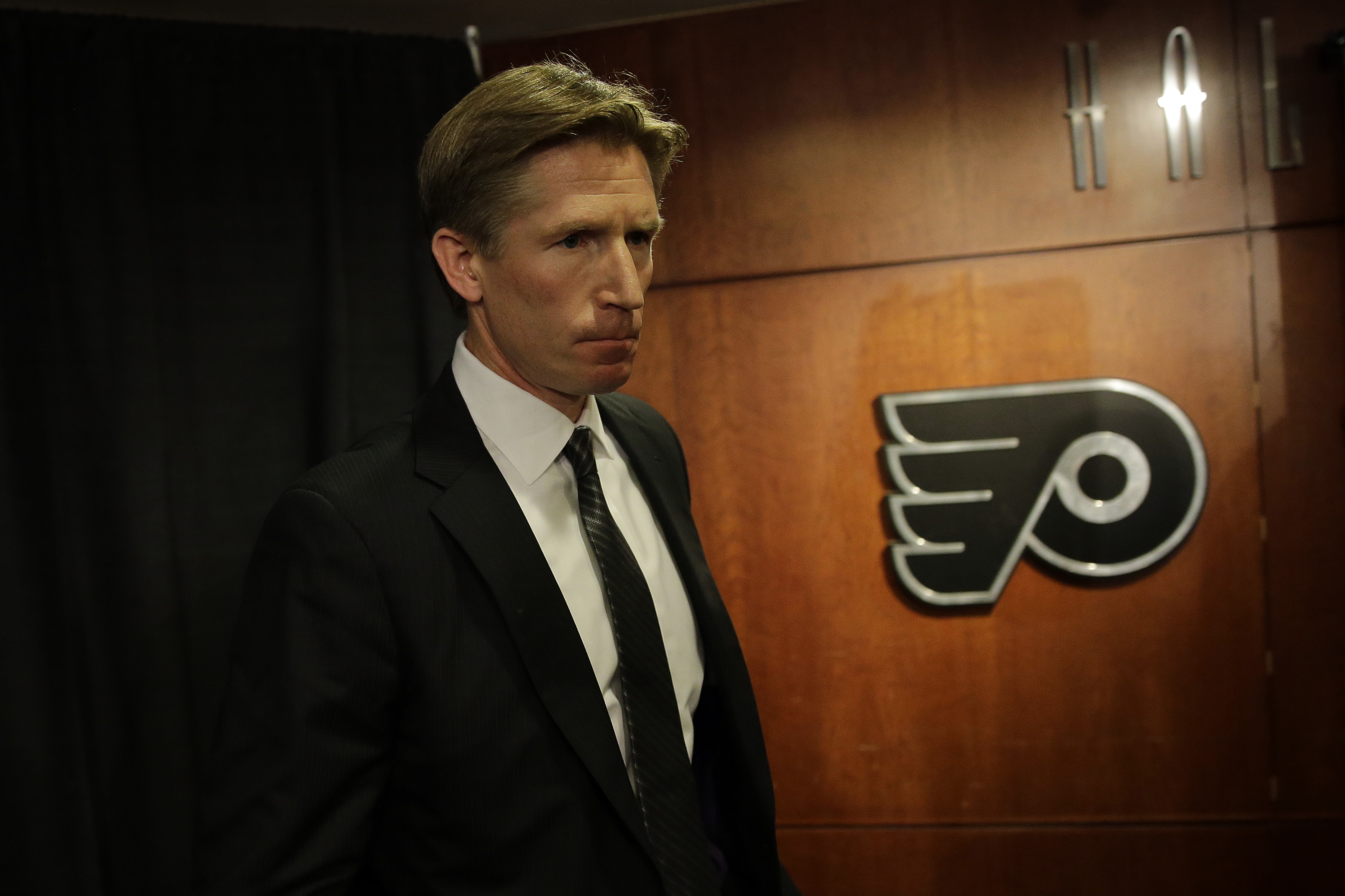 Philadelphia Flyers newly-hired head coach Dave Hakstol steps down from the stage after speaking at a news conference, Monday, May 18, 2015, in Philadelphia. (AP Photo/Matt Slocum)